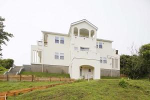 丘の上に建つ別荘風の家