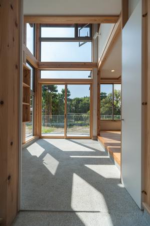 素材が呼吸する土間のある現代版日本家屋